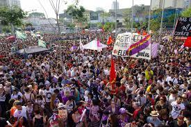 Resultado de imagem para Bolsonaro contra e a favor na ruas