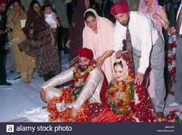 sikh wedding guests putting garlands round couple giving money central gurdwara shepherds bush london