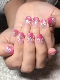 ピンクのラメグラデーションに白いホログラムとオーロラストーンでお花