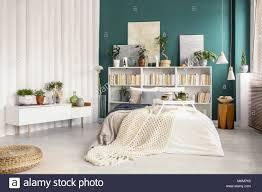 Bibliothek Mit Gemälde Hinter Bett Mit Decke In Grün Schlafzimmer
