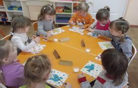 Аппликация в первой и второй младшей группе детского сада  Аппликация в первой и второй младшей группе детского сада тематика занятий и методика проведения