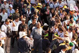 Immagini Stock - BANGKOK, Thailandia - 9 Gennaio 2014 Manifestanti Marciano  Attraverso La Zona Thonburi Di Partecipare A Una Grande Manifestazione  Antigovernativa Il 9 Gennaio 2014 A Bangkok, Thailandia Manifestanti Il  Gruppo