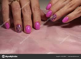 蝶ラインス トーン ピンクのマニキュアのデザイン ストック写真