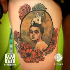 неотрад тату девушка с кроликом на голове татуировка на бедре