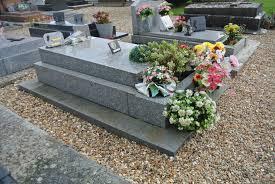 bourvil 1917 1970 c est de lui qu il s agit est enterré dans cet humble cimetière bordé de quelques maisons récentes sous une dalle grise des plus