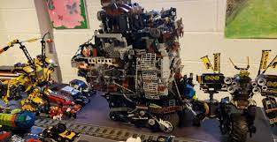 Just to give a scale of the size. Emmet's Mech on the left and Cole's Quake  Mech. : lego