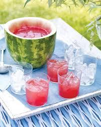 suco de melancia em jarra de melancia