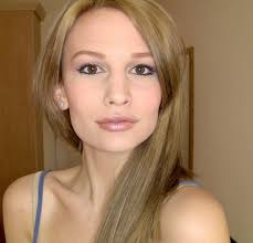 hair eye makeup look more delicate cute dark blonde pelo with light brown eyes blonde y