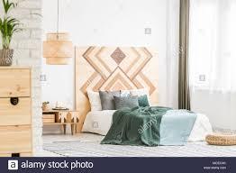Grün Bettwäsche Auf Bett Gegen Holz Geometrischen Board In