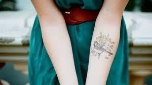 татуировки для девушек на запястье 51 фото надписи значения идеи