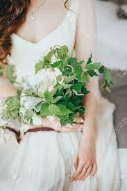 ホテルでファッションの結婚式のヘアスタイルと美しい花嫁 の写真素材