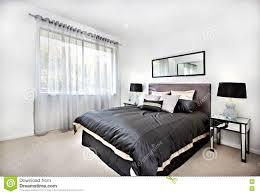 Modernes Schlafzimmer Mit Schwarzer Dekoration Und Spiegel Neben
