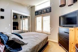 Kleines Schlafzimmer Mit Spiegeltür Schrank Einzelbett Und Tv