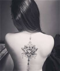 тату с цветком лотоса для девушек на спине руке мандала