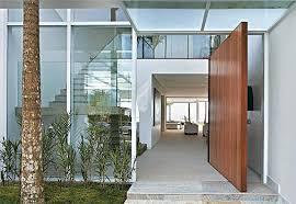Elegante, a porta pivotante tem marcado cada vez mais presença nas entradas de casas e apartamentos. Porta Pivotante Recepcione Com Elegancia Casa Com Br