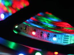 Un salotto illuminato con una striscia led a luce calda strisce