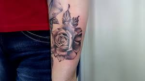 тату на руке для девушек цветы черно белые