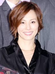 米倉涼子華やかブラックコーデで主演女優の存在感 スリットから美脚
