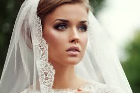 daytime wedding cat eye with neutral cheeks and bright pink lips