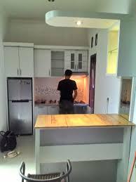 desain kitchen set dan mini bar minimalis yang berupa gambar jadi dan alternatif desain berupa gambar 3d di kediaman ibu mega sanggir townhouse
