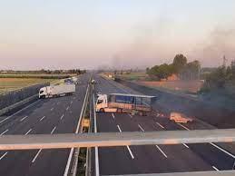 Assalto a portavalori sull'Autostrada A1, nei pressi di Modena, a fuoco  tir: coinvolte numerose auto
