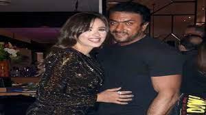 هل تعمّدت ياسمين عبدالعزيز إغاظة طليقها بصورها مع أحمد العوضي؟