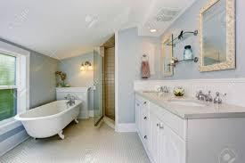 Elegantes Badezimmer In Pastellblautönen Mit Weißen Badewanne