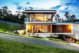 Sobrado contemporâneo com linhas retas e volumetria marcada. 13 Casas Espetaculares Construidas Em Terrenos Inclinados Homify