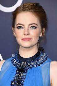 for the premiere of la la land emma stone matched her bright blue eyeshadow to her super pretty dress the colour works amazingly with emma s red hair