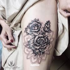 фото татуировки розы в стиле графика татуировки на бедре