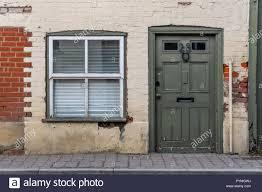 Fassade Eines Alten Hauses Mit Fenster Und Eine Grüne Tür In Berka