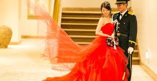 真紅のカラードレスが映えるクラシカルな会場でアンティーク