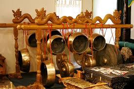 Alat musik ini dimainkan dengan cara dipetik seperti gitar dan berbentuk seperti harpa. Music Of Indonesia Wikipedia