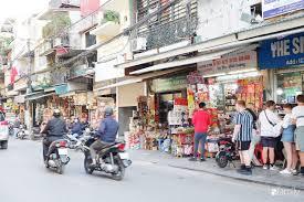 Hàng Buồm - con phố chuyên bánh kẹo ngoại ở Hà Nội đã bắt đầu nhộn nhịp  người mua với các sản phẩm đa dạng chủng loại, mẫu mã