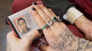 ганвест показал свой паспорт для чего тату на лице и крашеные ногти