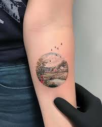 небольшие круглые татуировки вмещающие в себя целые миры в которые