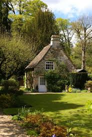 perfect English cottage. I want to go there so bad! Spend a summer,
