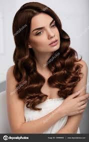 Cheveux Bouclés Style Modèle De Belle Femme Avec Une