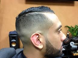 Wspaniałe fryzury zaczynają się od krótkich boków, długich włosów i szerokiej gamy stylizacji od potarganych i chaotycznych po gładkie i lśniące. Modne Fryzury Meskie Co Teraz Sie Nosi Galeria Stylufka Pl
