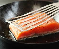 Ikan salmon lahir di perairan air. Teknik Goreng Filet Salmon Supaya Isinya Berjus Dan Kulitnya Garing