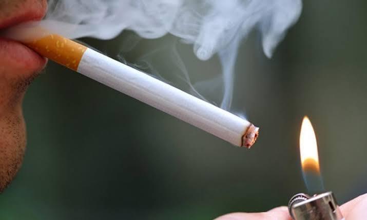 پاکستان میں سگریٹ کا استعمال معیشت اور صحت کے شعبے پر بوجھ بڑھانے کا سبب بنتا ہے—اے ایف پی