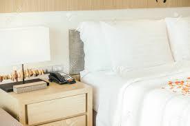 Weiße Kissen Und Rote Rose Blume Auf Bett Dekoration Im Schlafzimmer