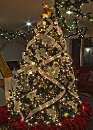 Pinner says: Gold Music Themed Christmas Tree. I really like the way they  did the ribbon on this tree.