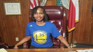 Mayor Ivy Taylor makes good on bet, wears Warriors t-shirt