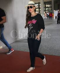 kareena akshay twinkle and soha spotted at the mumbai airport kareena recently launched the trailer of her upcoming film udta punjab where she essays