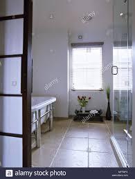 Ein Blick Auf Ein Modernes Badezimmer Steinboden Im Japanischen Stil