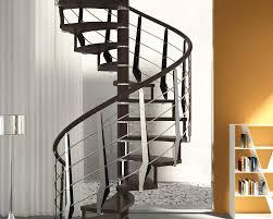 Scala a chiocciola con gradini in legno con struttura in legno