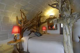 Fioriera con tronchi di legno. la stanza da letto. comodini fai da