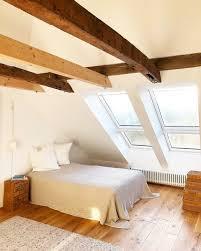 Mit freundlichen farben, gemütlichen wohntextilien und dem bett am richtigen fleck wirkt das dachzimmer einladend und versprüht eine atmosphäre der geborgenheit. Dachschragen Einrichten Tipps Und Ideen Fur Das Dachgeschoss