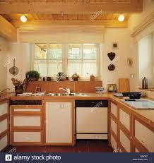 Beleuchtung Auf Holzdecke In Kleine Küche Mit Spüle Und